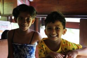 列車内の子供たち