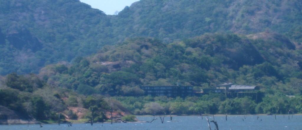 ヘリタンス・カンダラマとカンダラマ湖