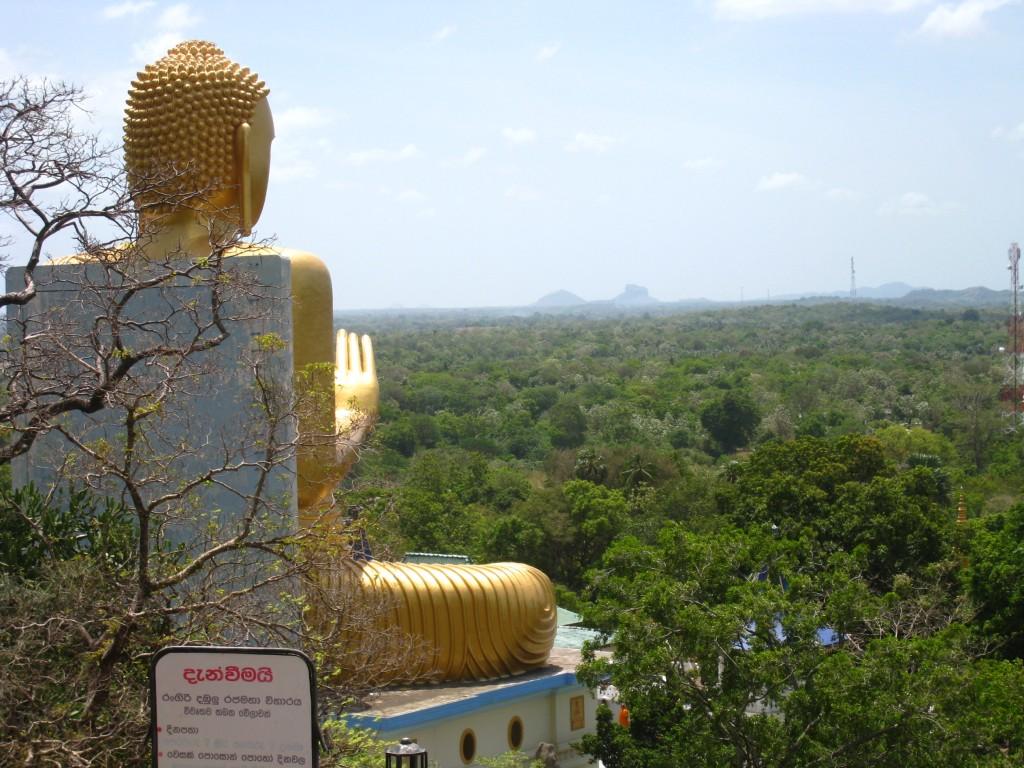 ダンブッラ石窟寺院からシギリヤロックが見えた