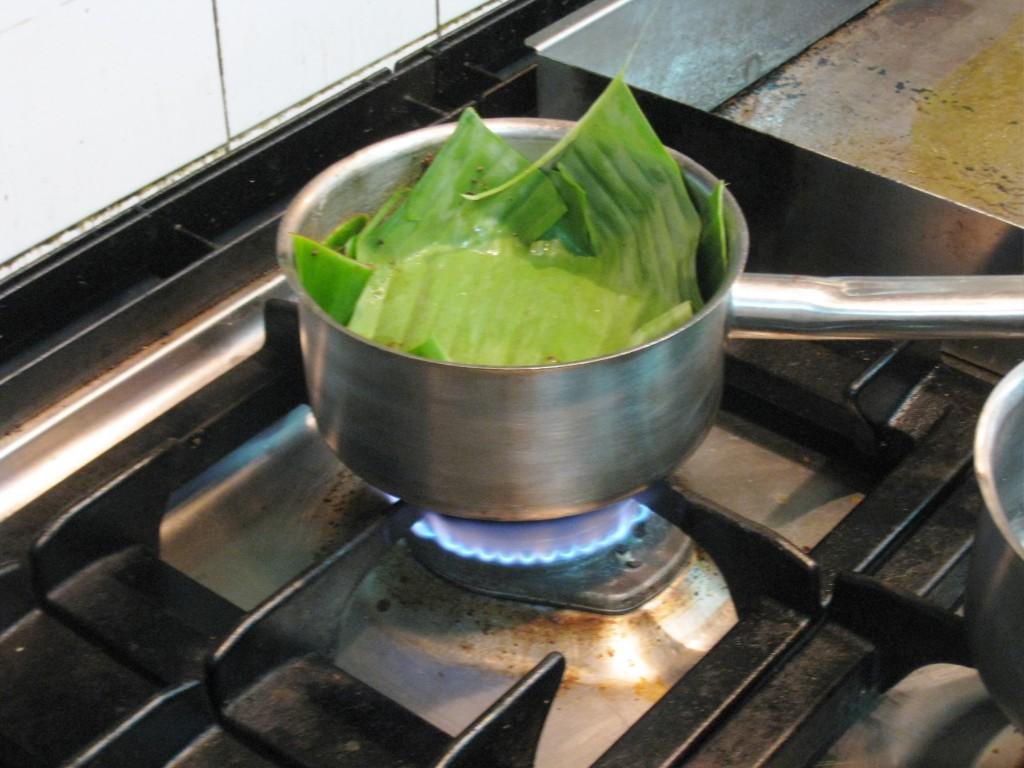 マグロをバナナの皮で包んで火を入れる