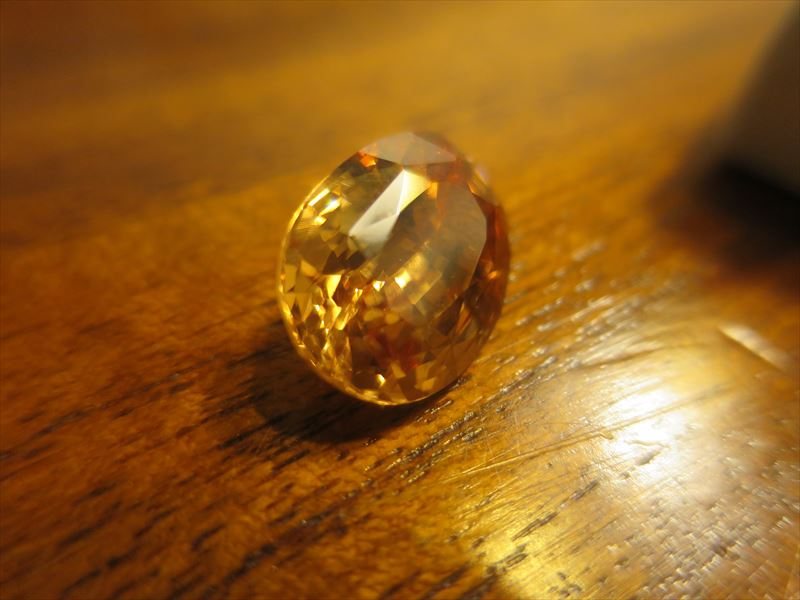 人工の宝石(つまり偽物)