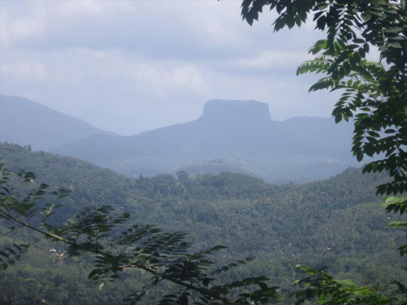 シギリヤロックのような岩山