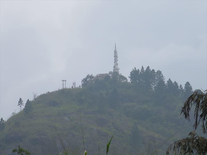 山の上にアンブルワワ寺院が見える